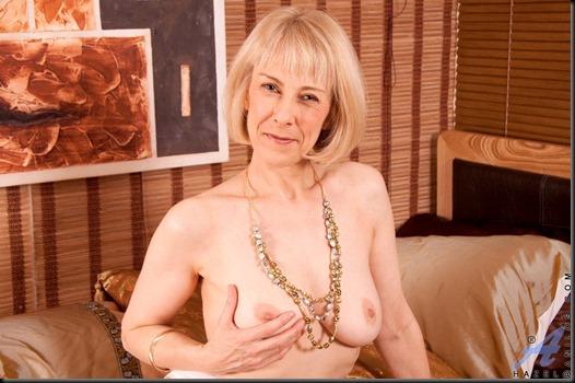 anilos-hazel-topless